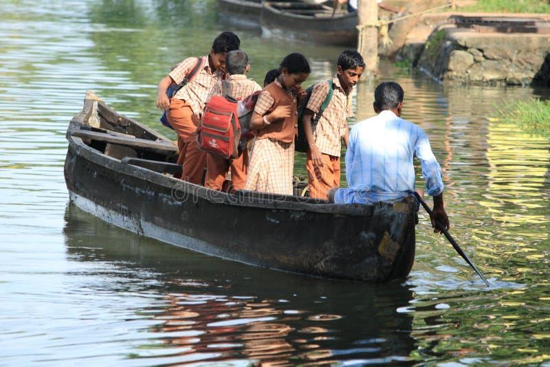 Τα παιδιά σχολείου ταξιδεύουν με τη βάρκα στοκ φωτογραφία με δικαίωμα ελεύθερης χρήσης