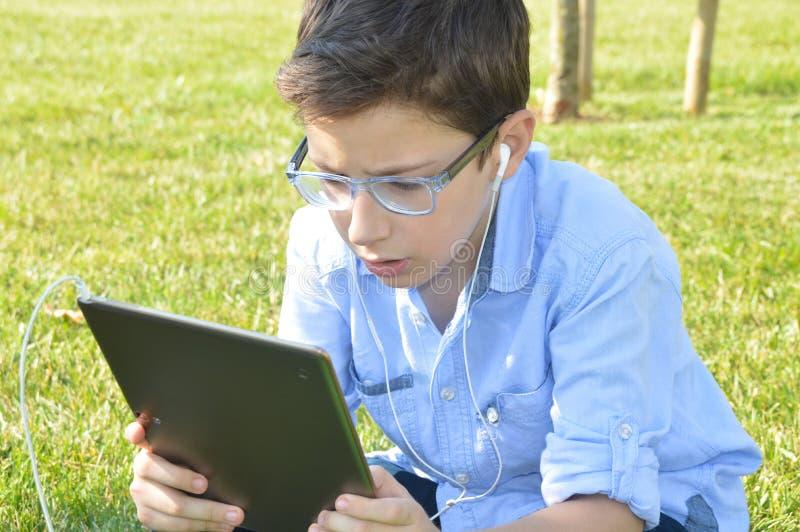 Τα παιδιά χρησιμοποιούν τις ταμπλέτες στοκ φωτογραφία με δικαίωμα ελεύθερης χρήσης