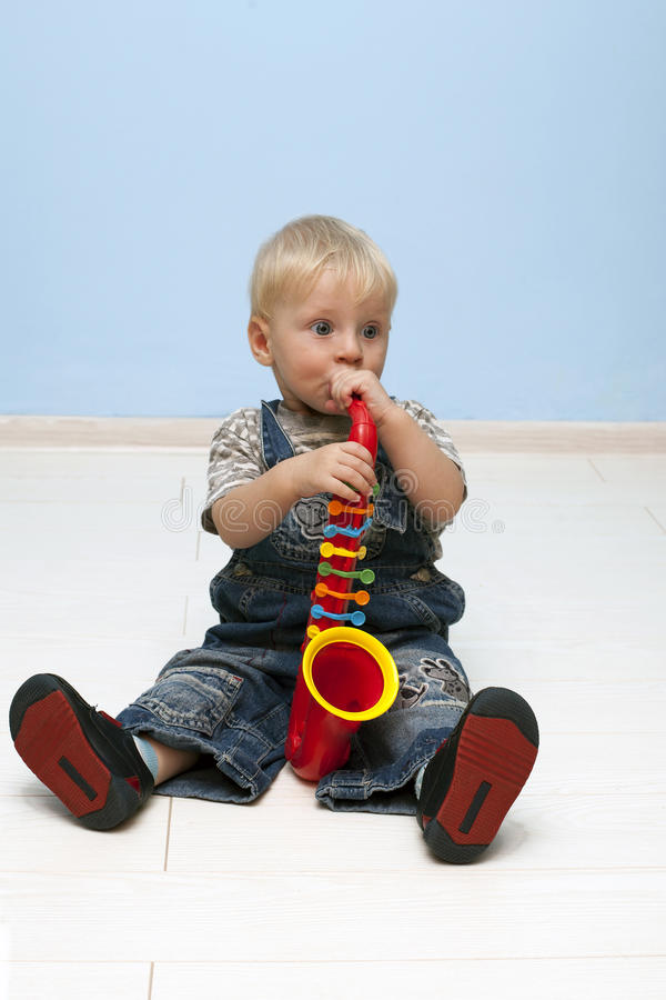 Τα παιδικά παιχνίδια το saxophone στοκ εικόνες