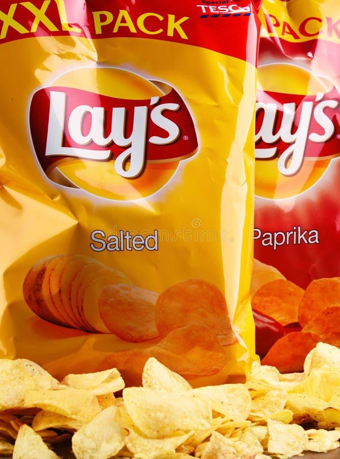 Τα πακέτα βάζουν τα τσιπ πατατών στοκ φωτογραφία