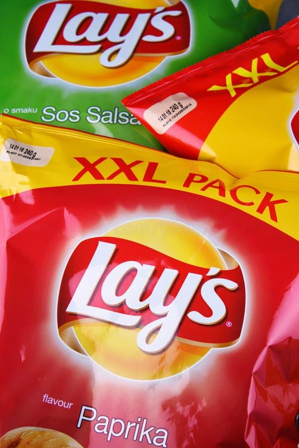 Τα πακέτα βάζουν τα τσιπ πατατών στοκ εικόνα με δικαίωμα ελεύθερης χρήσης