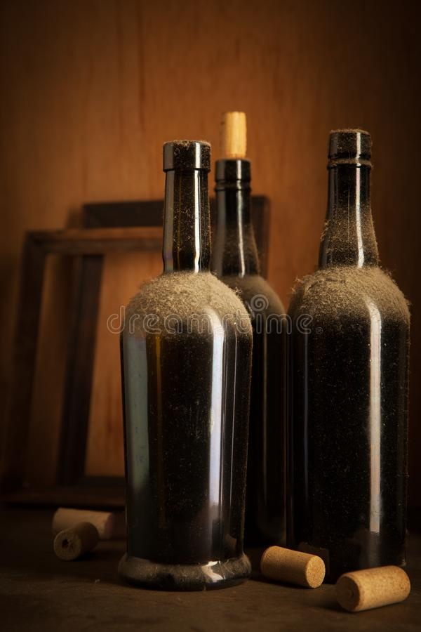 Τα παλαιά μπουκάλια κρασιού και βουλώνουν στοκ φωτογραφίες