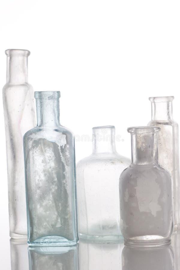 τα παλαιά μπουκάλια παρουσιάζουν το λευκό στοκ εικόνα με δικαίωμα ελεύθερης χρήσης