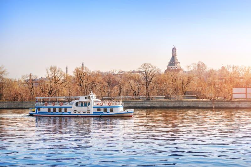 Τα πανιά σκαφών στον ποταμό της Μόσχας στοκ φωτογραφία