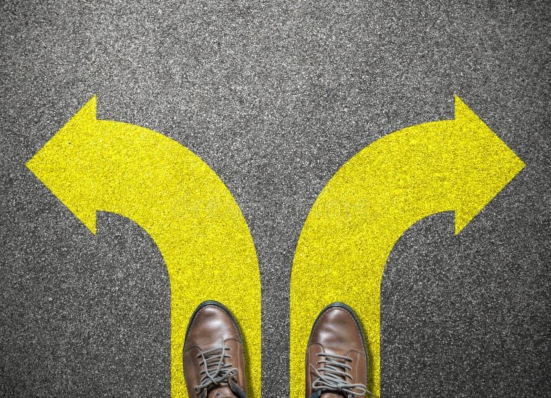Τα παπούτσια επιχειρηματιών στέκονται να επιλέξουν τον τρόπο στην επιτυχία στοκ εικόνες
