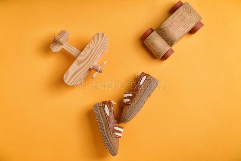Τα παπούτσια και τα παιχνίδια μωρών στο υπόβαθρο χρώματος, επίπεδο βάζουν στοκ εικόνες με δικαίωμα ελεύθερης χρήσης