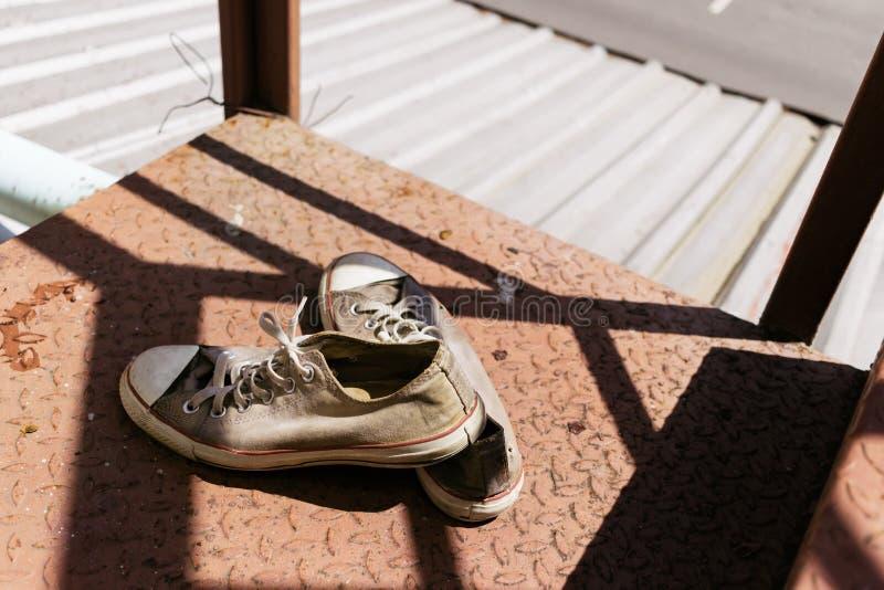 Τα παπούτσια πάνινων παπουτσιών στην ηλιοφάνεια στη στέγη στοκ φωτογραφία με δικαίωμα ελεύθερης χρήσης