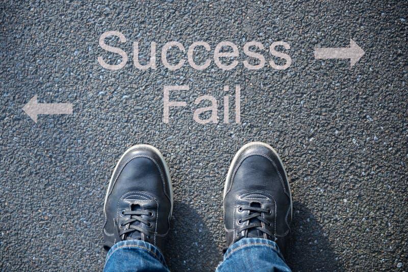 Τα παπούτσια στην οδό ως σύμβολο για την επιτυχία ή αποτυγχάνουν στοκ φωτογραφία