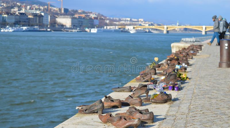 Τα παπούτσια στην τράπεζα Δούναβη είναι ένα μνημείο για να τιμήσουν τους ανθρώπους που σκοτώθηκαν από τους φασίστες στοκ φωτογραφία με δικαίωμα ελεύθερης χρήσης