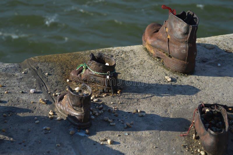 Τα παπούτσια στην τράπεζα Δούναβη είναι ένα μνημείο για να τιμήσουν τους ανθρώπους που σκοτώθηκαν από τους φασίστες στοκ φωτογραφίες με δικαίωμα ελεύθερης χρήσης