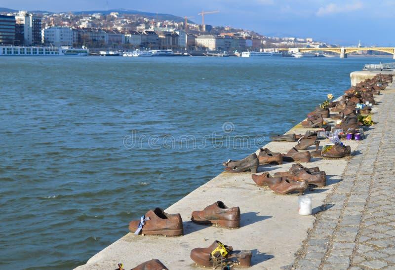 Τα παπούτσια στην τράπεζα Δούναβη είναι ένα μνημείο για να τιμήσουν τους ανθρώπους που σκοτώθηκαν από τους φασίστες στοκ εικόνες με δικαίωμα ελεύθερης χρήσης