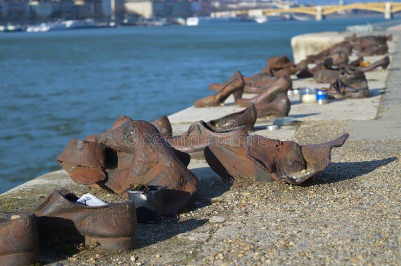 Τα παπούτσια στην τράπεζα Δούναβη είναι ένα μνημείο για να τιμήσουν τους ανθρώπους που σκοτώθηκαν από τους φασίστες στοκ εικόνα