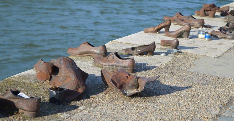 Τα παπούτσια στην τράπεζα Δούναβη είναι ένα μνημείο για να τιμήσουν τους ανθρώπους που σκοτώθηκαν από τους φασίστες στοκ εικόνες