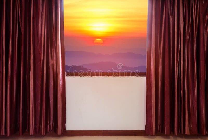 Τα παράθυρα με τις κουρτίνες και οι τυφλοί που φαίνονται έξω το πλαίσιο παραθύρων συναντούν την υψηλή ανατολή άποψης στοκ φωτογραφία