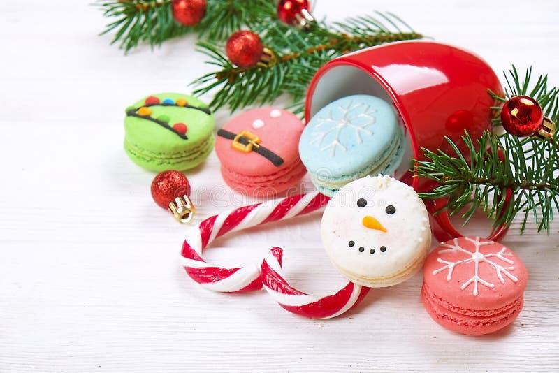 Τα παραδοσιακά Χριστούγεννα τα γαλλικά macaroons γλυκά υπό μορφή κοιλιάς χιονανθρώπων, snowflake, χριστουγεννιάτικων δέντρων και  στοκ εικόνες με δικαίωμα ελεύθερης χρήσης