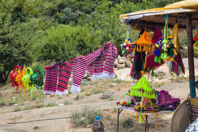 τα παραδοσιακά καπέλα βόρειο Μαρόκο οδικής προσφοράς στοκ φωτογραφία με δικαίωμα ελεύθερης χρήσης