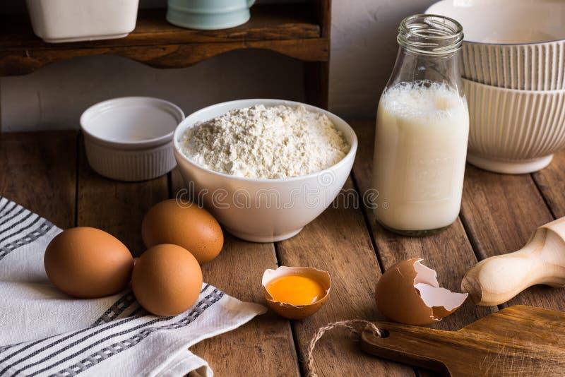 Τα παραδοσιακά οργανικά αυγά γάλακτος αλευριού συστατικών ψησίματος στην ξύλινη κουζίνα παρουσιάζουν στο αγροτικό αγροτικό εσωτερ στοκ εικόνες με δικαίωμα ελεύθερης χρήσης