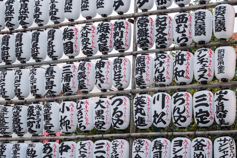 Τα παραδοσιακά φανάρια κρεμιούνται στο ναό senso-ji Asakusa στο CE στοκ εικόνες