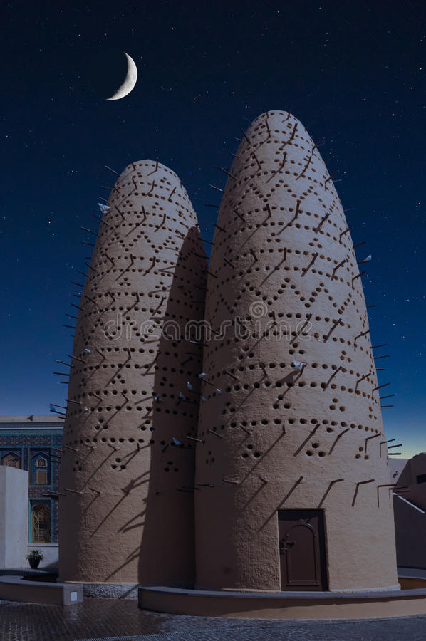 Τα περιστέρια που κάθονται στους πόλους των πύργων πουλιών στο πολιτιστικό χωριό Katara, Doha, Κατάρ στοκ φωτογραφίες με δικαίωμα ελεύθερης χρήσης
