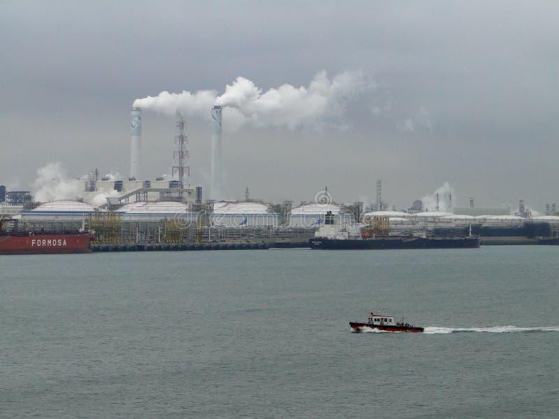 Τα πετρελαιοφόρα στην εκφόρτωση της δεξαμενής πετρελαίου, πετρέλαιο ρέουν συνεχώς στις δεξαμενές αποθήκευσης στοκ εικόνες