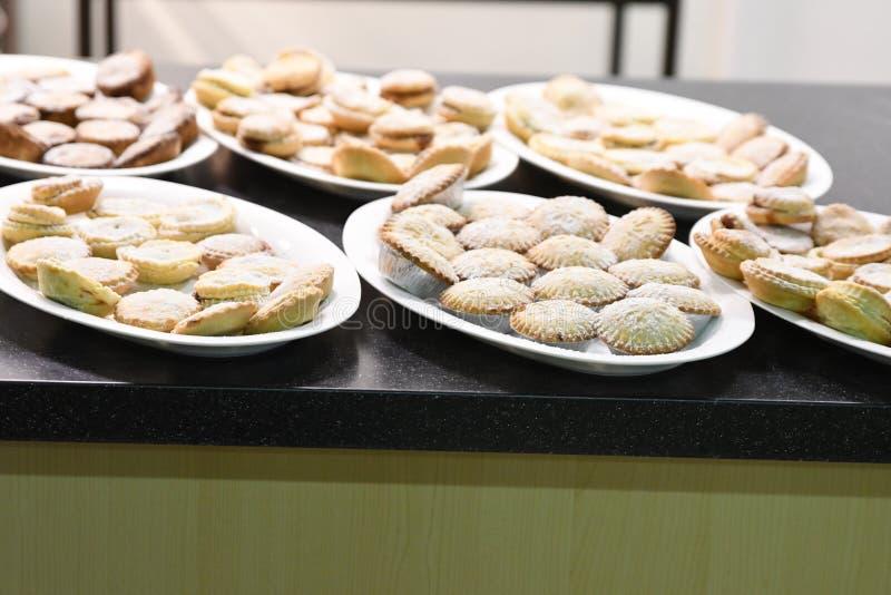 Τα πιάτα κομματιάζουν την πίτα γύρω στα Χριστούγεννα στοκ φωτογραφίες