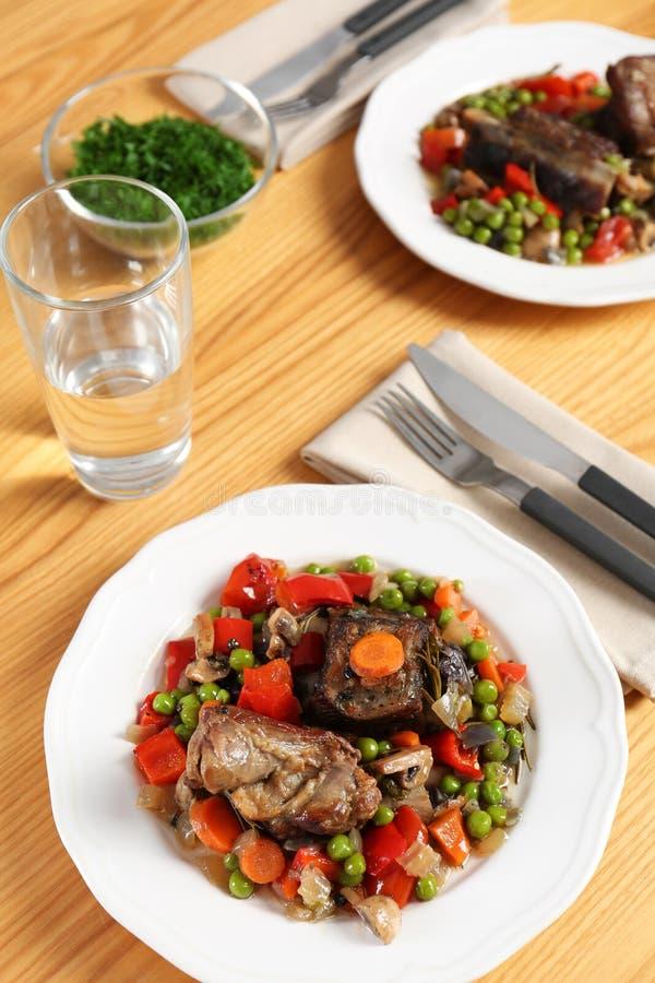 Τα πιάτα με το κρέας και διακοσμούν προετοιμασμένος στην πολυ κουζίνα που εξυπηρετείται στοκ εικόνα με δικαίωμα ελεύθερης χρήσης