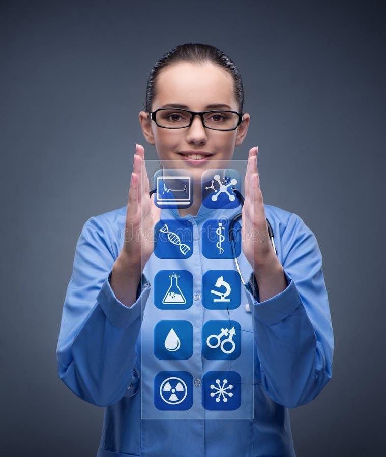 Τα πιέζοντας κουμπιά γιατρών γυναικών με τα διάφορα ιατρικά εικονίδια στοκ εικόνες με δικαίωμα ελεύθερης χρήσης