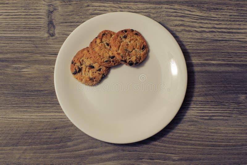 Τα πιατικά τρία προγευμάτων πρόχειρων φαγητών μπισκότων σοκολάτας Χριστουγέννων Χριστουγέννων μαγειρικός μάγειρας κουζίνας διακοπ στοκ φωτογραφίες με δικαίωμα ελεύθερης χρήσης