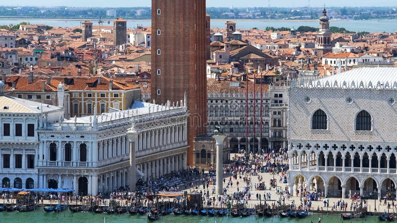 Τα πλήθη των τουριστών που περπατούν στα σημάδια Αγίου τακτοποιούν στη Βενετία, τοπ άποψη, τουρισμός στοκ φωτογραφίες