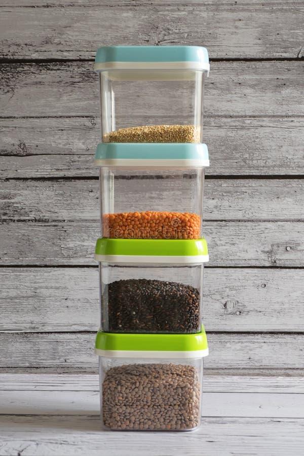 Τα πλαστικά εμπορευματοκιβώτια για την αποθήκευση των δημητριακών σχεδιάζονται σε έναν σωρό στοκ εικόνες