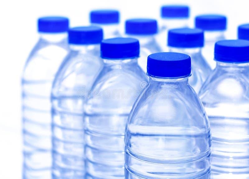 Τα πλαστικά μπουκάλια νερό είναι φωτεινά και σαφή στοκ εικόνες