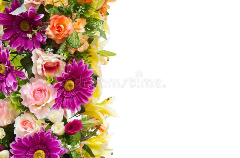Τα πλαστικά τεχνητά λουλούδια απομονώνουν στο άσπρο υπόβαθρο με το ψαλίδισμα της πορείας στοκ φωτογραφίες