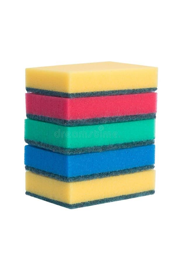 Τα πολύχρωμα καθαρίζοντας σφουγγάρια βρίσκονται σε μια σειρά που απομονώνεται στο λευκό στοκ φωτογραφία με δικαίωμα ελεύθερης χρήσης