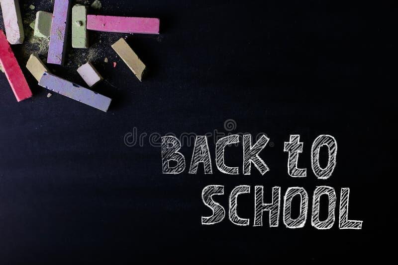 Τα πολύχρωμα κραγιόνια βρίσκονται σε έναν μαύρο πίνακα κιμωλίας, διάστημα αντιγράφων Η έννοια του σχολείου, της εκπαίδευσης και τ στοκ φωτογραφία με δικαίωμα ελεύθερης χρήσης
