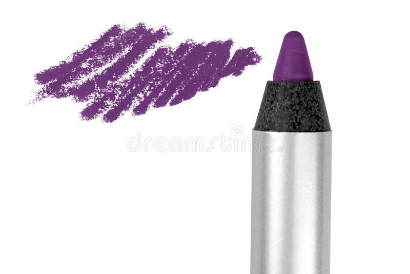 Τα πορφυρά χείλια περιγράφουν το καλλυντικό μολύβι με το δείγμα κτυπήματος χρώματος, προϊόν ομορφιάς που απομονώνεται στο άσπρο υ στοκ φωτογραφίες