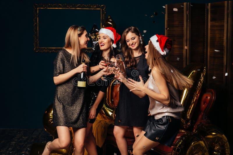 Τα ποτά γυναικών έχουν τη διασκέδαση στο νέο κόμμα έτους στοκ φωτογραφία με δικαίωμα ελεύθερης χρήσης