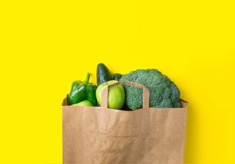 Τα πράσινα ακατέργαστα οργανικά μήλα πιπεριών κουδουνιών αγγουριών μπρόκολου φρούτων λαχανικών στο παντοπωλείο της Kraft καφετιού στοκ εικόνες με δικαίωμα ελεύθερης χρήσης