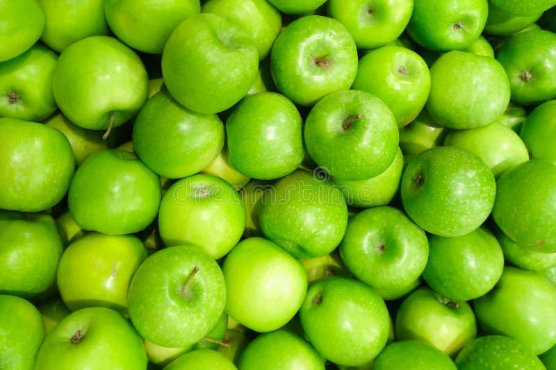 Τα πράσινα φρούτα μήλων πωλούν επάνω στα υπόβαθρα υπεραγορών Τα μήλα Γιαγιάδων Σμίθ περιέχουν ελαφρώς περισσότερη βιταμίνη Α από  στοκ φωτογραφίες με δικαίωμα ελεύθερης χρήσης