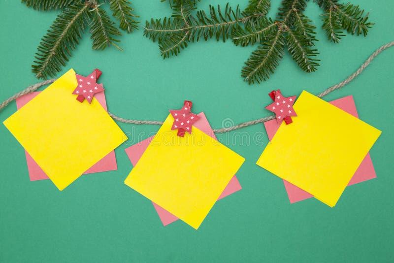 Τα πράσινα Χριστούγεννα ένας-χρώματος ή το νέο υπόβαθρο έτους με το δέντρο έλατου διακλαδίζονται και μια γιρλάντα στοκ φωτογραφίες