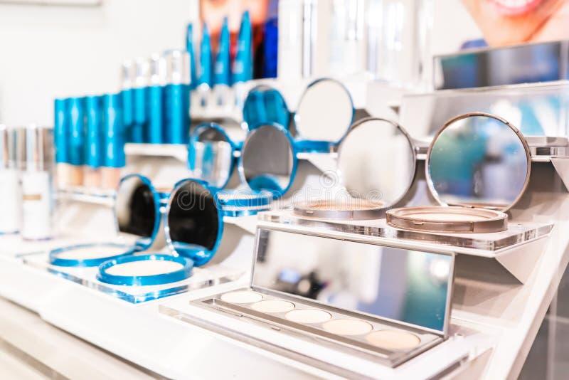 Τα προϊόντα ελεγκτών Colorscience στη λιανική επίδειξη σε ένα makeup αντιμετωπίζουν το κατάστημα, που πωλεί τα καλλυντικά στοκ εικόνες