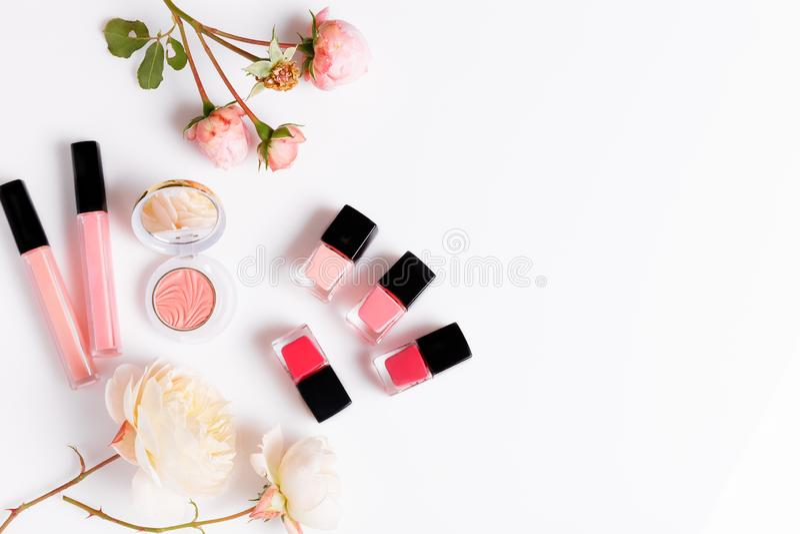 Τα προϊόντα Makeup με ρόδινο αγγλικό αυξήθηκαν στο ελαφρύ υπόβαθρο Το επίπεδο ομορφιάς βάζει με τα καλλυντικά μπουκάλια και το λο στοκ εικόνες με δικαίωμα ελεύθερης χρήσης