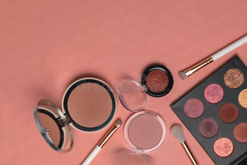 Τα προϊόντα Makeup, ομορφιά, blogger, κοινωνικά μέσα, επίπεδο περιοδικών βρέθηκαν στοκ φωτογραφίες