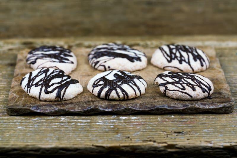Τα πρόσφατα ψημένα μπισκότα ψιλόβρεξαν με τη σοκολάτα στοκ εικόνες