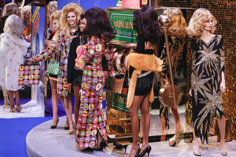 Τα πρότυπα θέτουν στο διάδρομο στο Moschino παρουσιάζουν στο φθινόπωρο εβδομάδας μόδας του Μιλάνου/το χειμώνα 2019/20 στοκ εικόνες