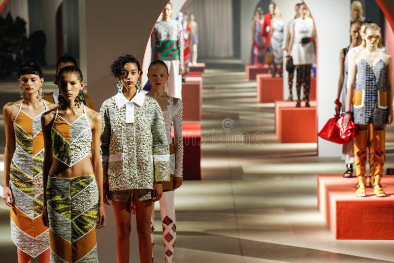 Τα πρότυπα θέτουν στο διάδρομο κατά τη διάρκεια του Kenzo παρουσιάζουν στοκ εικόνες