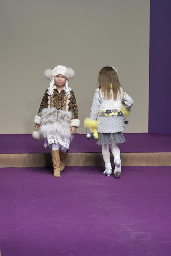 Τα πρότυπα μικρών κοριτσιών σε Kyiv διαμορφώνουν το 2014 στοκ φωτογραφία με δικαίωμα ελεύθερης χρήσης