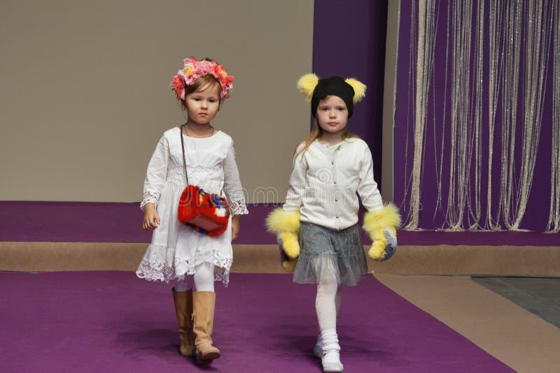 Τα πρότυπα μικρών κοριτσιών σε Kyiv διαμορφώνουν το 2014 στοκ εικόνες