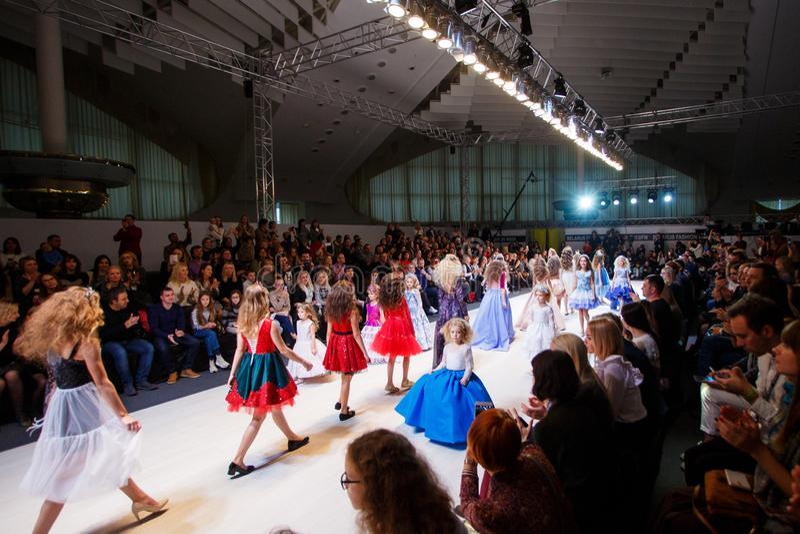 Τα πρότυπα παιδιών που πηγαίνουν κάτω από το στενό διάδρομο στην εβδομάδα μόδας παρουσιάζουν στοκ φωτογραφίες με δικαίωμα ελεύθερης χρήσης