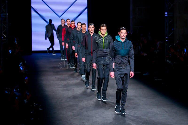 Τα πρότυπα περπατούν το διάδρομο για τη συλλογή Miquel Suay στο χειμώνα πτώσης εβδομάδας 2015 μόδας 080 Βαρκελώνη στοκ εικόνες