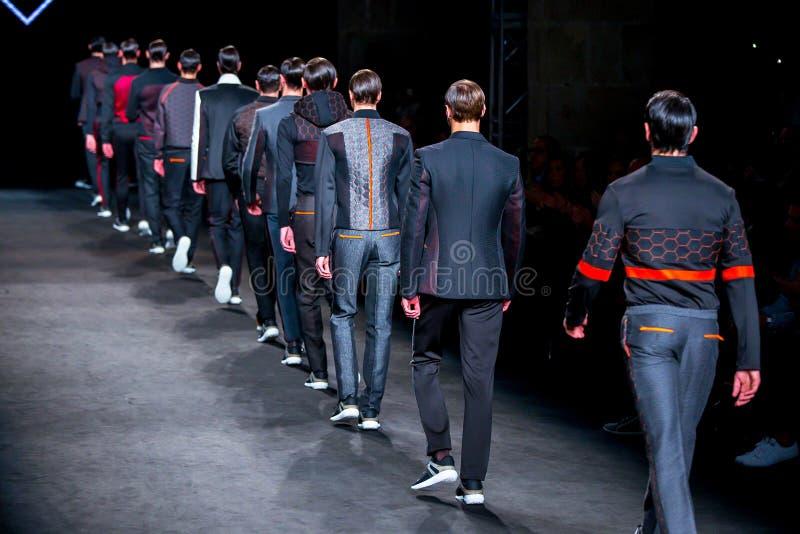 Τα πρότυπα περπατούν το διάδρομο για τη συλλογή Miquel Suay στοκ φωτογραφίες